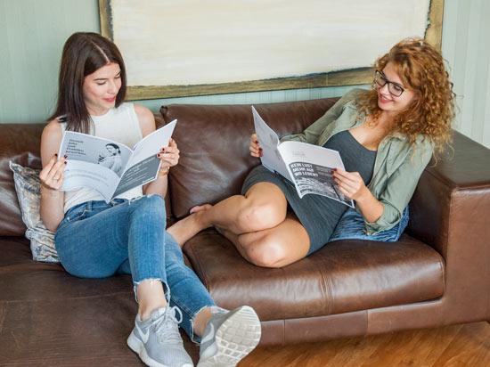 Studentinnen mit Druckster Dokumenten in der Hand