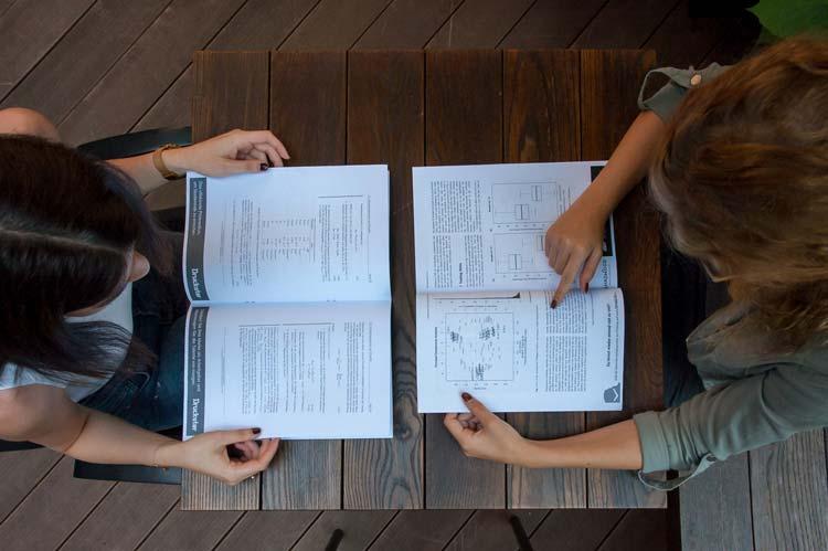 Studierende mit Karriereinfos in den Druckster Skripten